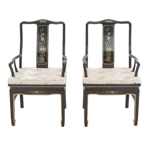 Par de sillones. Origen oriental, SXX. Estilo chinesco. Elaborados en madera laqueada. Decorado con elementos florales.