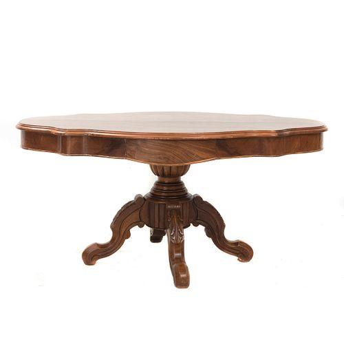 Mesa tortuga. Francia, sXX. Elaborada en madera. Cubierta irregular, fuste gallonado y soportes semicurvos.