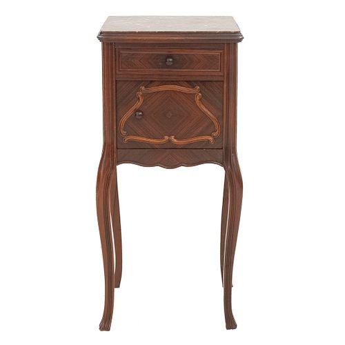 Mesa de noche. Francia, sXX. Estilo Luis XV. Elaborada en madera. Con cubierta cuadrangular de mármol rojo, cajón y puerta.