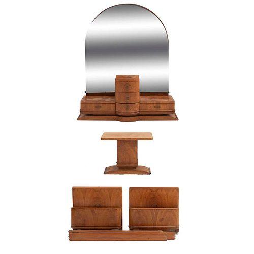 Recámara. SXX. Elaborados en madera. Consta de: Mesa auxiliar, par de camas individuales y tocador con espejo.
