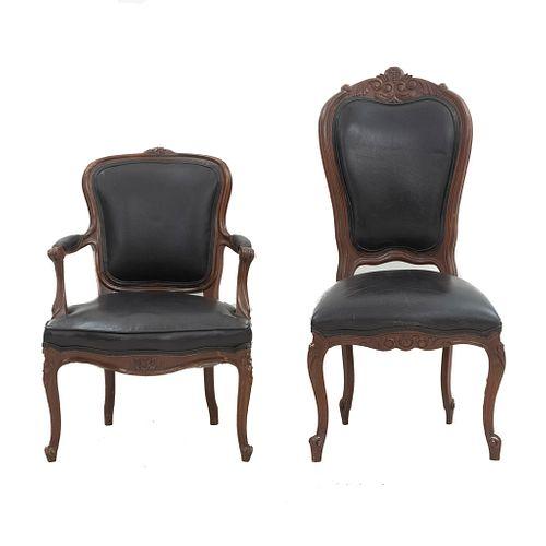 Silla y sillón. SXX. Estilo Luis XV. Elaborados en madera. Con tapicería de vinipiel color negro. Con resplados cerrados