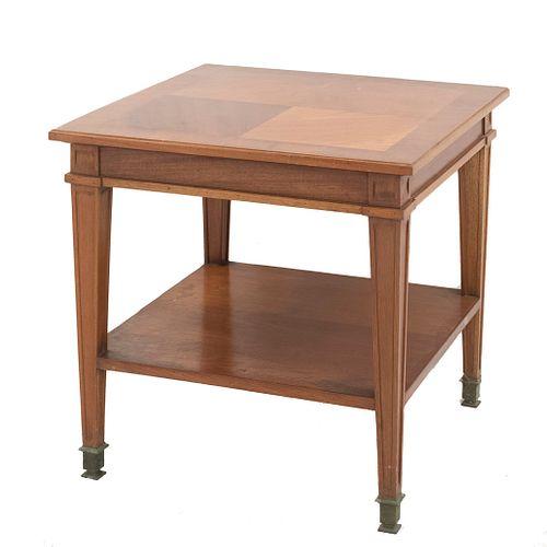 Mesa auxiliar. México, sXX. Elaborada en madera. De la marca López Morton. Cubierta cuadrangular, a dos niveles.