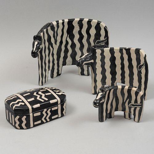 Lote de 4 figuras decorativas. SXX. Elaboradas en material pétreo. Decoradas con motivos esgrafiados. Consta de: caja y 3 cebras.