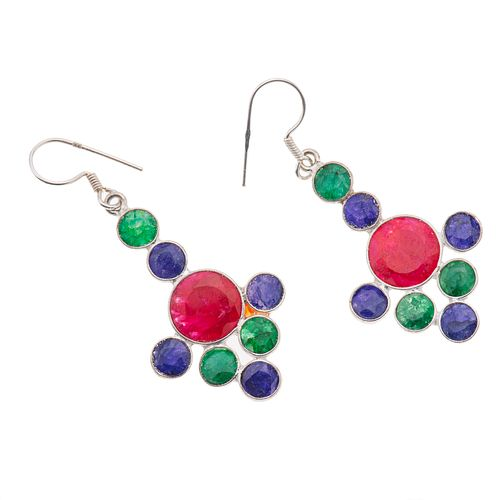 Par de aretes con zafiros, rubíes y esmeraldas de cantera 17.53 ct en plata .925. Peso: 6.3 g.