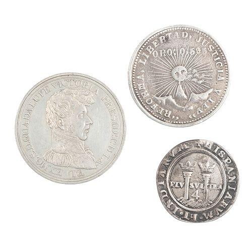 Lote de 3 monedas. Elaboradas en plata y metal plateado. Consta de: Carlos y Juana 4 reales, medalla de Guadalupe Victoria y Victoria.