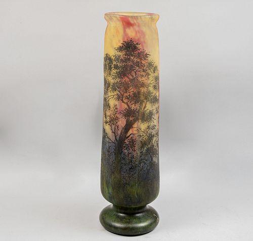 Florero. Francia, ca. 1910. Estilo Art Nouveau, marca DAUM NANCY. Elaborado en cristal de camafeo en tonos de amarillo, verde.