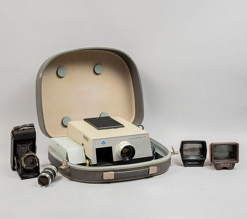Lote de equipo fotográfico, visores y proyector. SXX. Consta de: Proyector. Alemania. Marca Agfa. Modelo Diamator. Otros. Piezas: 5