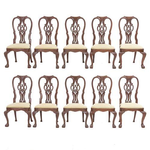 Lote de 10 sillas estilo Chippendale. SXX. Elaboradas en madera. Con asiento de tela color verde. Respaldos semiabiertos.
