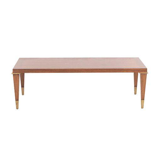 Mesa de centro. SXX. Talla en madera. Con cubierta rectangular, fustes a manera de estípites y soportes con casquillos de metal.