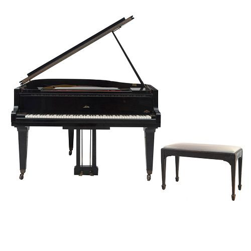 Piano de 1/4 cola. Alemania. SXX. Marca Sauter. Elaborado en madera laqueada y metal. Teclas de madera con emplacados de marfilina.