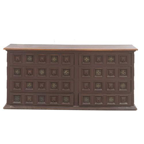 Cómoda-credenza. SXX. Elaborada en madera. Cuierta rectangular y soporte tipo zócalo. Decorada con elementos casetonados