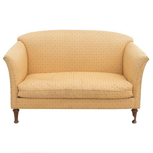 Love seat. SXX. Estructura en madera. Con tapicería de tela color amarillo, fustes lisos y soportes tipo bollo.