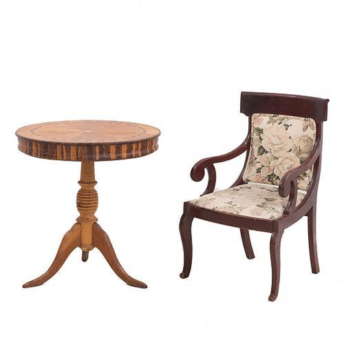 Mesa auxiliar y sillón. SXX. Elaborados en madera. Mesa con cubierta circular, fuste a manera de jarrón y soporte trípode.