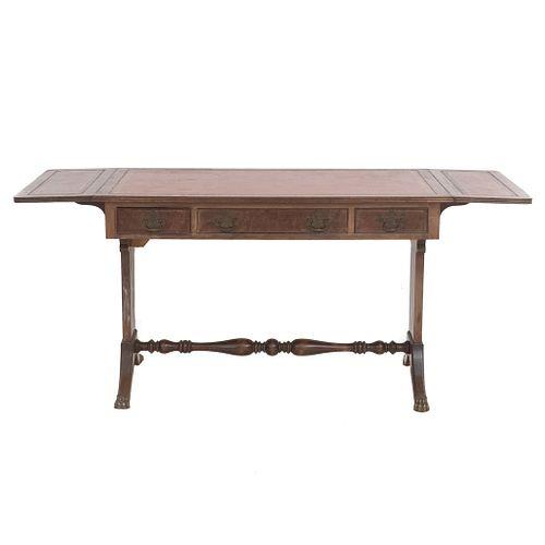 Mesa consola. SXX. Elaborada en madera. Con cubierta rectangular, costados abatibles, 3 cajones con tiradores de metal.