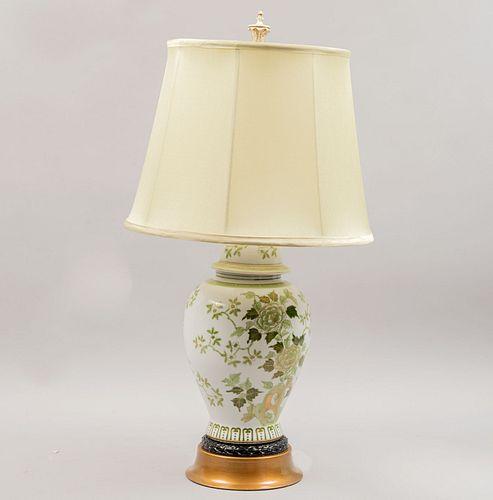 Lámpara de mesa. SXX. Elaborada en cerámica y metal dorado. Pantalla de tela color verde claro. Fuste a manera de tibor. 80 cm altura.