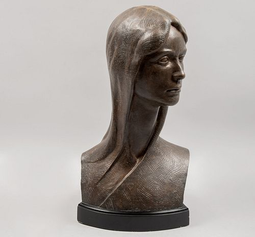 RUVILLES. Busto femenino. Firmado. Escultura en bronce. Con base de metal color negro. 56 cm altura.