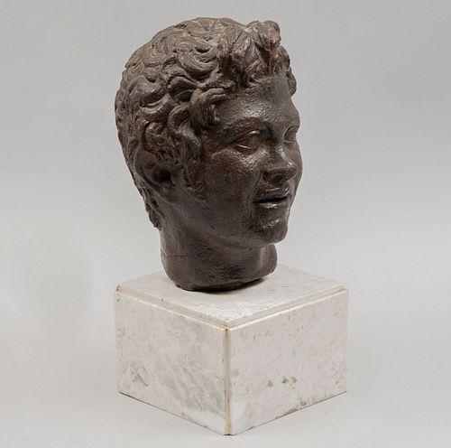 Busto de personaje romano. SXX. Fundición en bronce. Base de mármol blanco. 24 cm de altura.