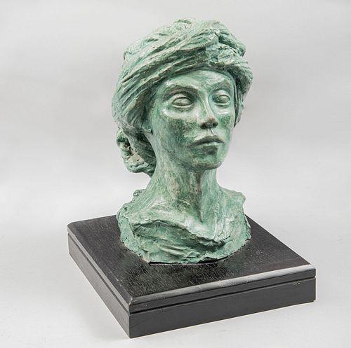 Busto femenino. SXX. Elaborado en yeso con pátina color verde. Base de madera. 33 cm de altura.