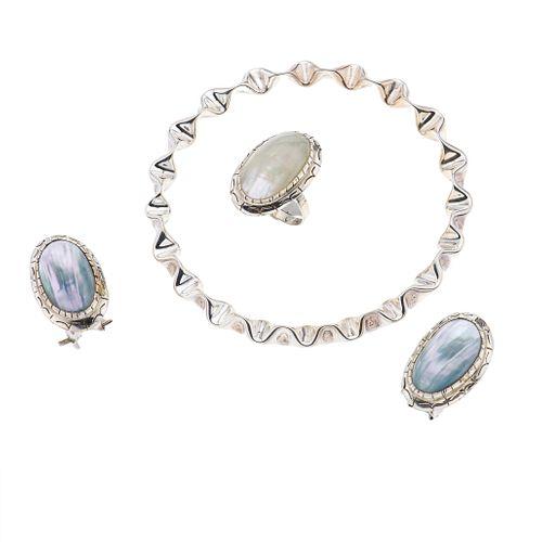 Anillo y par de aretes con perlas de abulón en plata .925. Peso 14.5. Brazalete en plata .925. Peso 11.30 g.