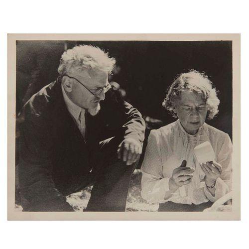 Pathfinder Press, INC. Trotsky and Natalia in Mexico.New York. Fotografía, 20.3 x 25.2 cm. Sello de propiedad