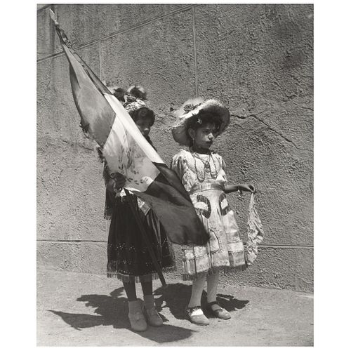 Álvarez Bravo, Lola.  Día Patrio. Plata sobre gelatina,  25.4 x 20.8 cm. Sin firma. Enmarcada.