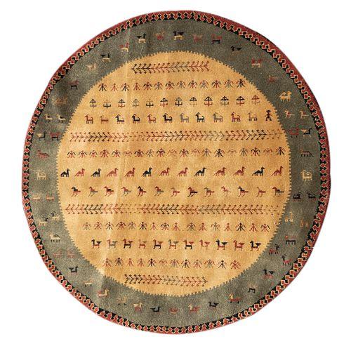 Tapete. SXX. Diseño circular. Elaborado en fibras sintéticas y de algodón. Decorado con motivos geométricos y zoomorfos.