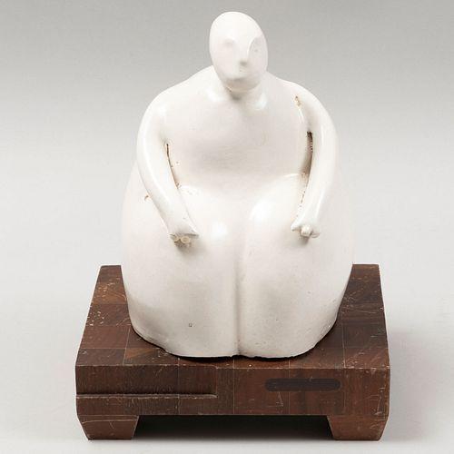 A LA MANERA DE JOY LAVILLE. Sin título. Firma espuria. Escultura en cerámica color blanco, acabado brillante. Con base de madera. 20 cm