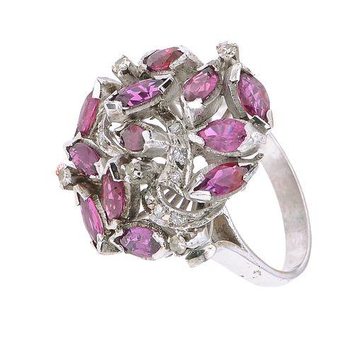 Anillo vintage con rubíes y diamantes en plata paladio. 12 rubíes corte marquís 1.60 ct. 13 diamantes corte 8 x 8.