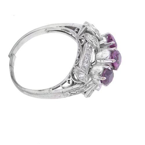 Anillo vintage con rubíes y diamantes en plata paladio. 4 rubíes corte redondo 1.50 ct. 22 diamantes corte 8 x 8.