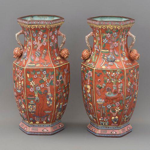 Par de jarrones. China, principios del SXX. Elaborados en porcelana.  Sellado inferior con sinograma. Decorado con elementos florales.