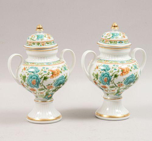 Par de tibores. Alemania, SXX. Elaborados en porcelana de Bavaria. Marca Bareuther Waldsassen. 26 cm de altura