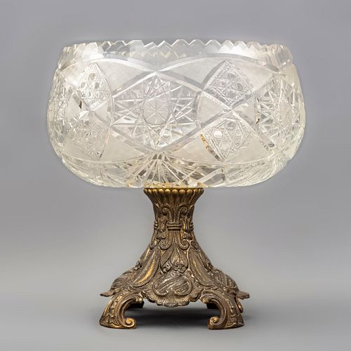 Centro de mesa. Francia, SXX. Metal dorado y cristal cortado. 31 x 29 cm (diámetro).