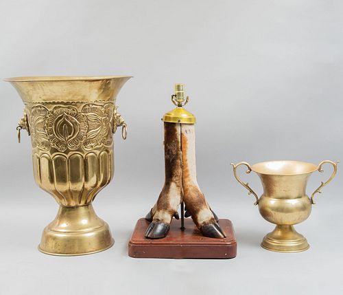 Lámpara de mesa y 2 depósitos. SXX. Lámpara en taxidermia con base de madera y depósitos en latón. Piezas: 3.