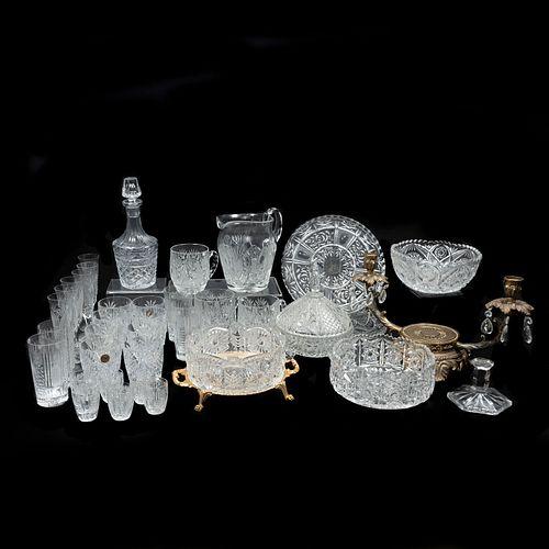 Lote mixto de 36 piezas. SXX Elaboradas en cristal cortado y metal dorado Algunas marca Royal Elegance Consta de: jarra, tazas, otros.