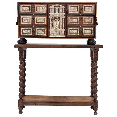 BARGUEÑO SIGLO XIX Elaborado en madera con incrustaciones de hueso esgrafiadas y entintadas, soportes torneados 49 X 95 X 27 cm | BARGUEÑO DESK XIX CE