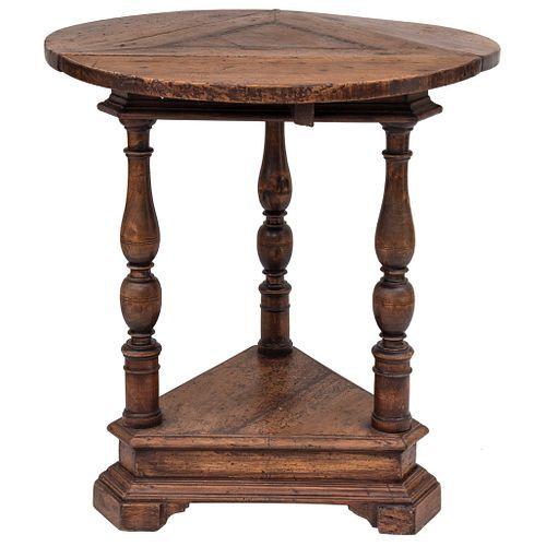 MESA SIGLO XX Talla en madera, cubierta circular con alas plegables, soportes abalaustrados, detalle en marquetería 70 x 60 cm | TABLE 20TH CENTURY Wo