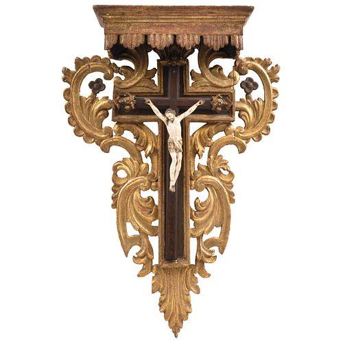 CRISTO CRUCIFICADO EUROPA, SIGLO XIX Talla en madera policromada y marfil Detalles de conservación Soporte de madera: 85 x 62 cm | CRISTO CRUCIFICADO