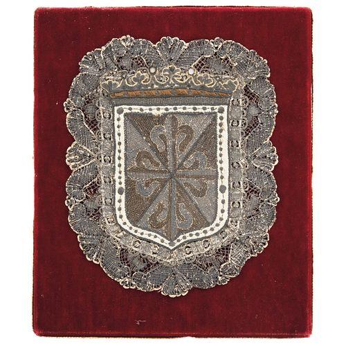 CRUZ FLORDELISADA (ESCUDO DOMINICO) EUROPA, SIGLO XIX Bordada en hilo de seda y plata Detalles de conservación 25.5 x 21 cm | CRUZ FLORDELISADA (ESCUD