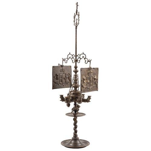 VELÓN EUROPA, SIGLO XIX Elaborado en bronce con dos cubre aires de latón. Escudo sostenido por dos leones repujados 115 x 25 x 35 cm | OIL LAMP, EUROP