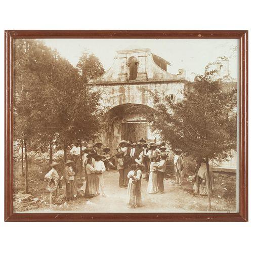 HUGO BREHME BAILE POPULAR EN EL DESIERTO DE LOS LEONES, HACIA 1910 MÉXICO, CA. 1910 Fotografía 26.5 x 34.5 cm   HUGO BREHME BAILE POPULAR EN EL DESIER