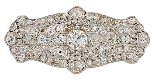AN EARLY 20TH CENTURY DIAMOND BROOCH PENDANT, the finely pierced lozenge sh