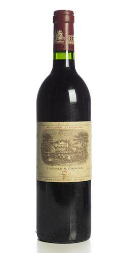 Bottle of Château Lafite Rothschild, vintage 1986. Category: red wine. Pauillac, Bordeaux. Level: A. Parker Guide: 100 points.