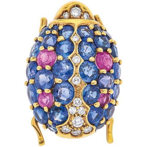 PRENDEDOR CON ZAFIROS, RUBÍES Y DIAMANTES EN ORO AMARILLO DE 18K con zafiros y rubíes corte redondo ~4.40ct y diamantes corte brillante | BROOCH WITH