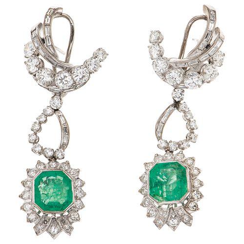 PAR DE ARETES CON ESMERALDAS Y DIAMANTES EN PLATA PALADIO con esmeraldas corte octagonal ~5.60 ct y diamantes distintos cortes ~2.85 ct | PAIR OF EARR