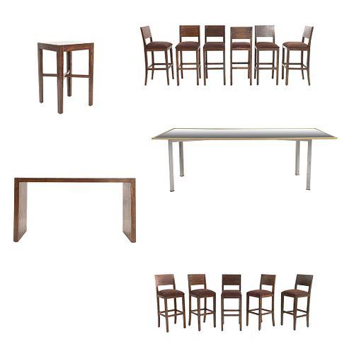 Set de muebles para bar. SXXI. Elaborado en madera y aluminio Consta de11 Sillas altas. Con respaldos semiabiertos y 3 mesas.