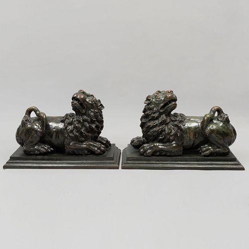 Par de leones guardianes. SXX. Fundición en bronce. Con base escalonada. 33 x 52 x 19 cm.