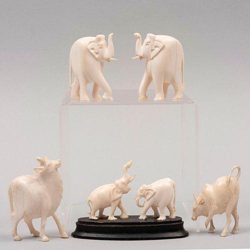 Elefantes y bueyes. Origen oriental, SXX. Tallas en marfil. Unos con base de madera. 6.5 cm de altura. Piezas: 6