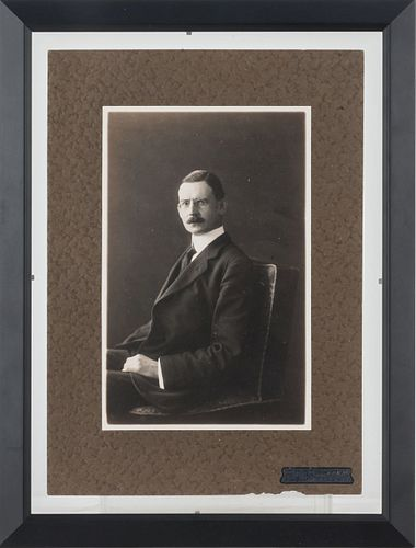 Brehme, Hugo. Retrato de Caballero. Fotografía, 19.5 x 12.5 cm. Montada sobre cartón. Sello de propiedad. Enmarcada.