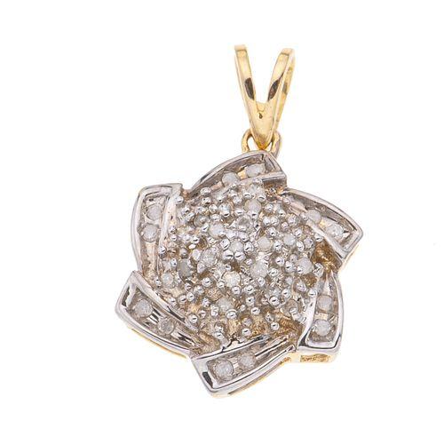 Pendiente con diamantes en oro amarillo de 10k. Peso: 2.2 g.
