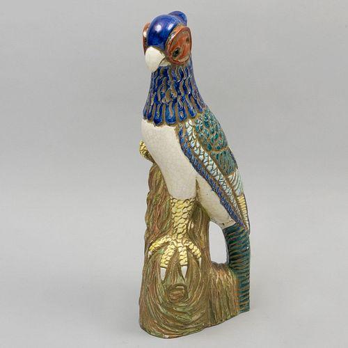 Halcón. SXX. Elaborado en cerámica policromada. 50 cm de altura.